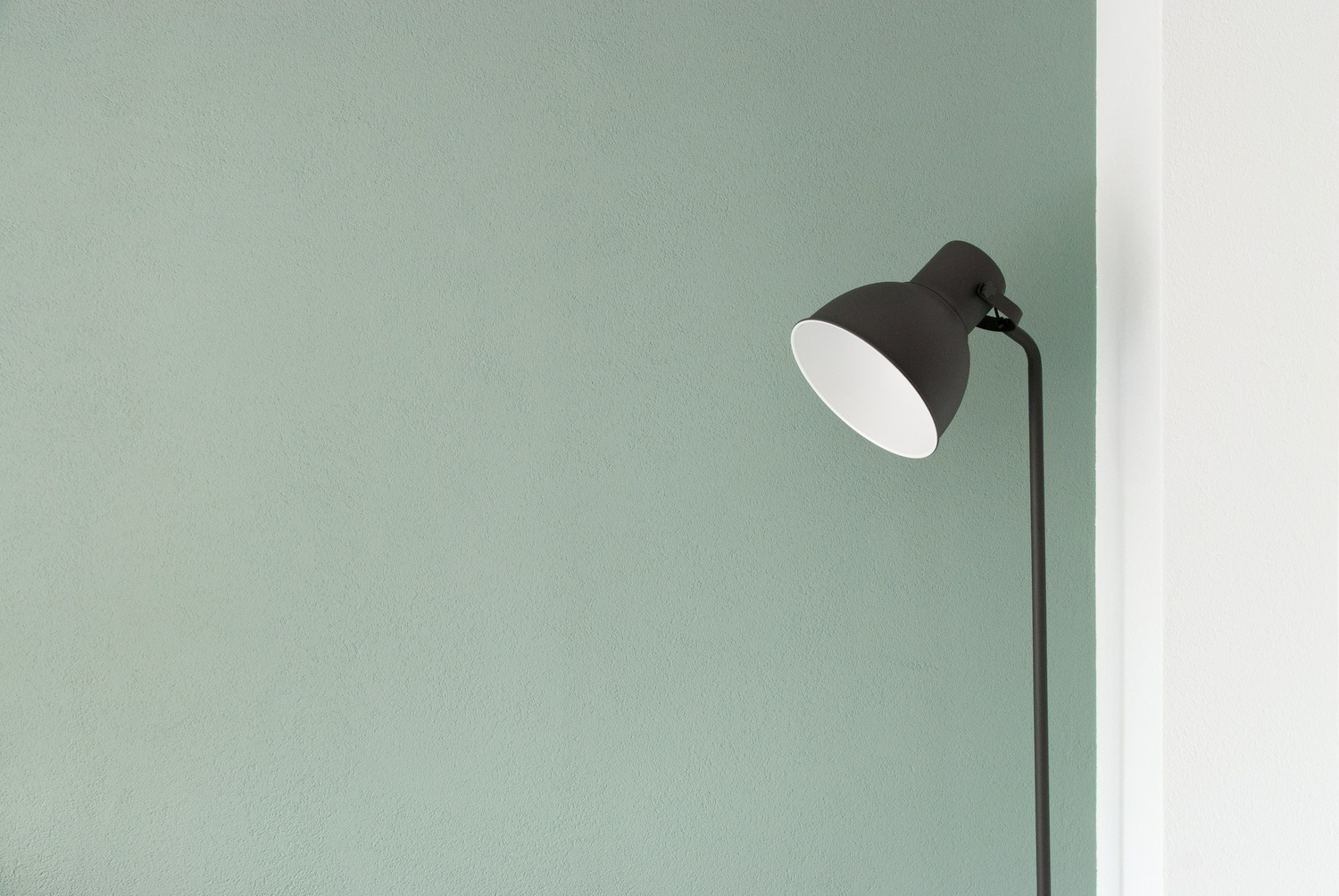 black floor lamp at the corner - Möbel Preiss