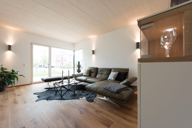 ... Aufenthaltsraum Mit Sofagarnitur, Sitzbank, Leuchten, Esstisch Und  Mobiliar   Möbel Preiss ...